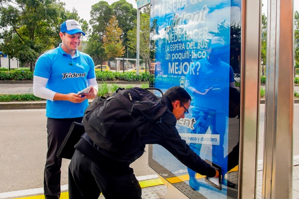 Dispensador de productos mupis con vending machine en paradero de Bogotá