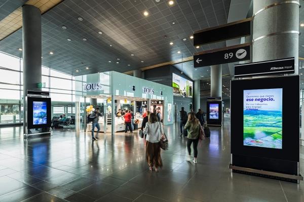 Circuito de Tótems con pantallas digitales ubicados en las salidas Nacionales del Aeropuerto El Dorado de Bogotá