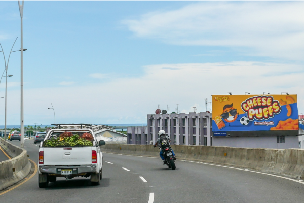 Vallas publicitarias en paredes en la Ciudad de Panamá.